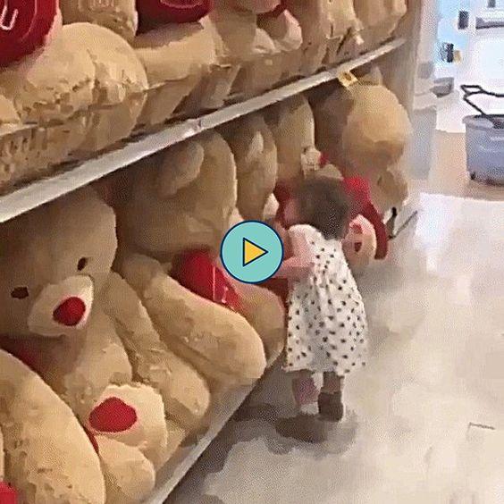 a menininha abraçando o urso