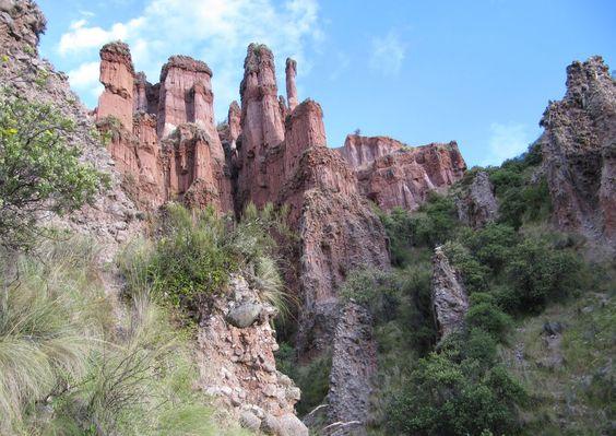 Canchis.  Población ubicada en las faldas de la Cordillera del Vilcanota, a 5 Km. del distrito de Checacupe y a 3,500 m.s.n.m.
