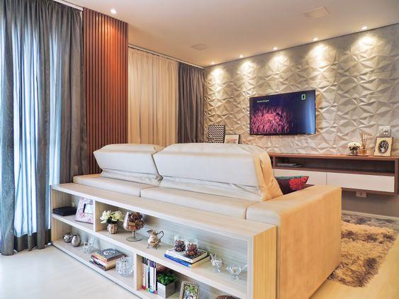 Sala integrada e colorida para começar a vida a dois.  Super interessante o revestimento atrás da TV, as cores das cortinas super combinam com o restante do ambiente.