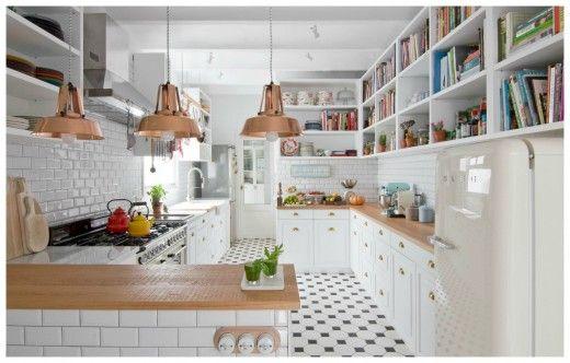 L字型カウンターを2つ組み合わせたような、広く余裕のあるレイアウトのキッチン