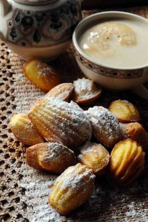 Un rien régressif, les madeleines, pas vrai. Une bonne excuse pour les lettrés, ils se mettent dans les pas de Proust. Pas belle la vie?