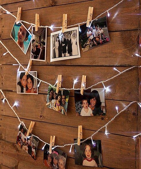 Tão simples quanto lindo, o varal iluminado exibe fotos de toda a turma e deixa a casa mais aconchegante. Pisca-pisca Empório das Flores: