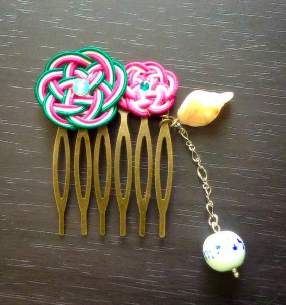 浴衣や着物、もちろん普段使いにもとってもステキな和テイストのかんざしを水引で作りました花水引をお花の形に編み スワロフスキーをアクセントしましたちょっとまとめ... ハンドメイド、手作り、手仕事品の通販・販売・購入ならCreema。