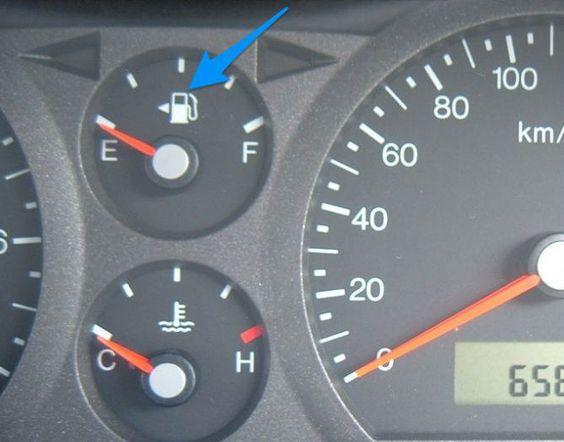 La flèche à côté de la pompe à essence vous indique  de quel côté se trouve le réservoir d'essence