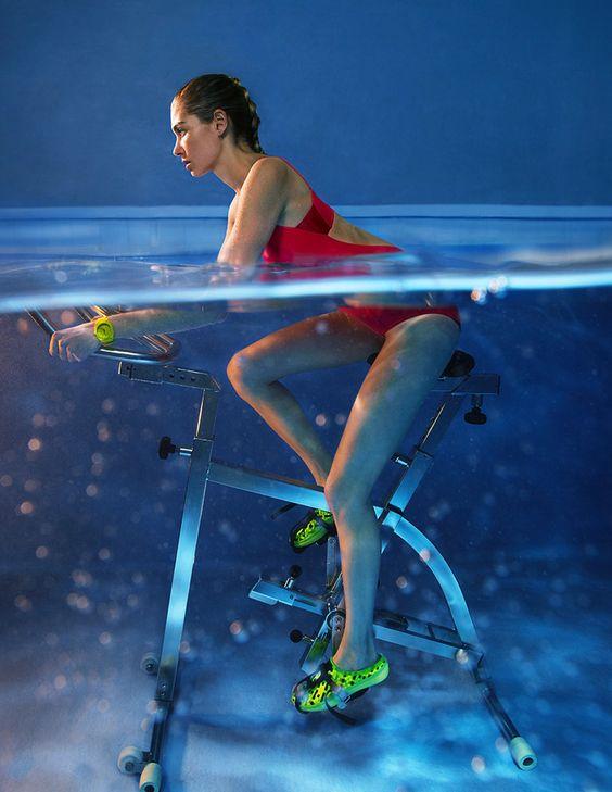 ¿Qué harías si te decimos que la mejor manera de ejercitarte es hacer bici bajo el agua? Aunque sea difícil de creer, el aqua spinning se convertirá en tendencia este año, dándole salud mental y física a quien lo practique.