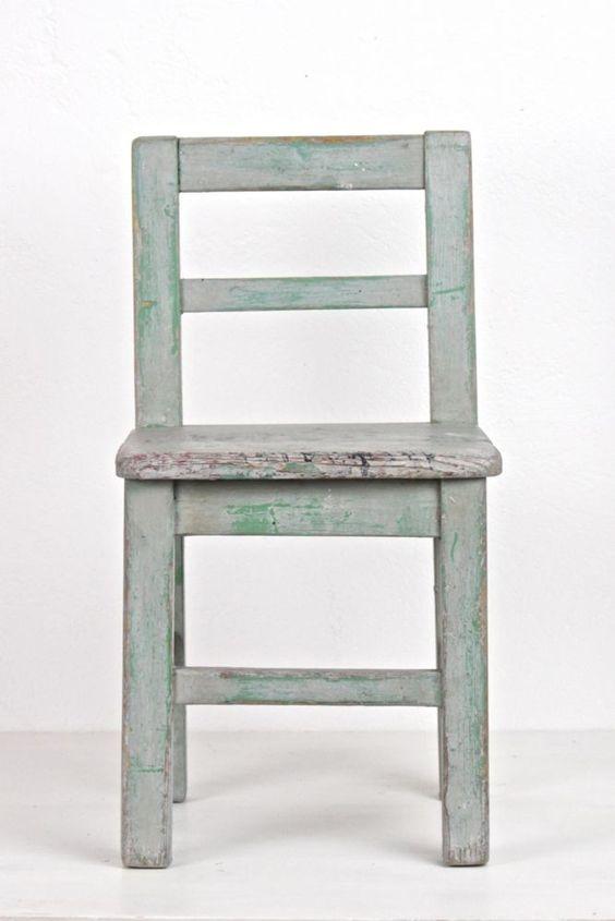 alter Kinderstuhl aus Holz grau