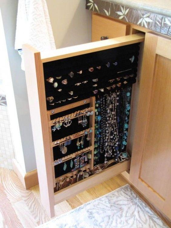 Rangement caché des bijoux dans un tiroir coulissant  http://www.homelisty.com/rangement-bijoux/