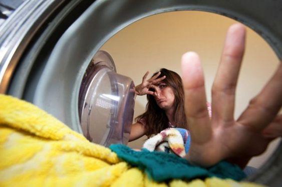 gestes simples pour lutter contre les mauvaises odeurs de sa machine à laver le linge / Faites tourner un cycle chaud à vide. Programmez un cycle chaud, ajoutez un verre de vinaigre blanc et deux cuillères de bicarbonate de soude et faites tourner à vide.