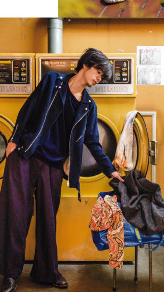 コインランドリーにいる成田凌のかっこいい高画質画像