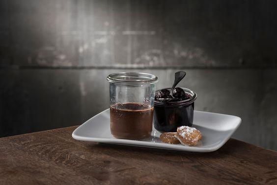 Ein Traum aus Schoko Espresso Pudding mit Kirschkompott und Chili Biskuit #papaceviche