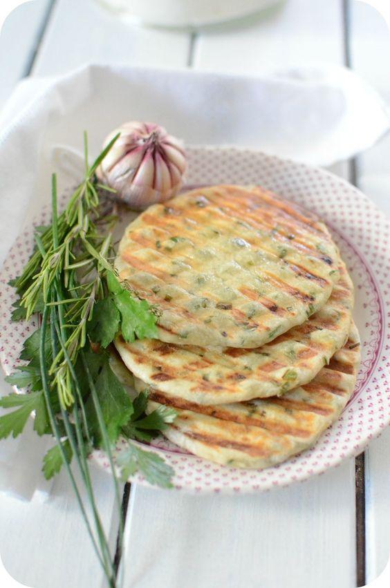 Flatbreads c'est tout simplement des pains plats ! Dans le monde entier, on trouve une spécialité de pain plat qui caractérise un pays. Aujourd'hui, je partage avec vous la recette de Jamie Oliver, ses flatbreads sont parfumés à l'ail et aux herbes fraiches....
