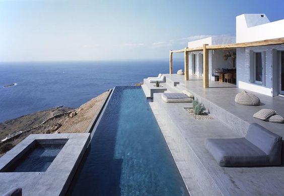 Villa sul mare con terrazza e piscina su un'isola greca