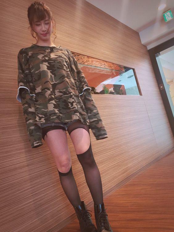 迷彩柄のロンTにショートパンツの大家志津香の画像