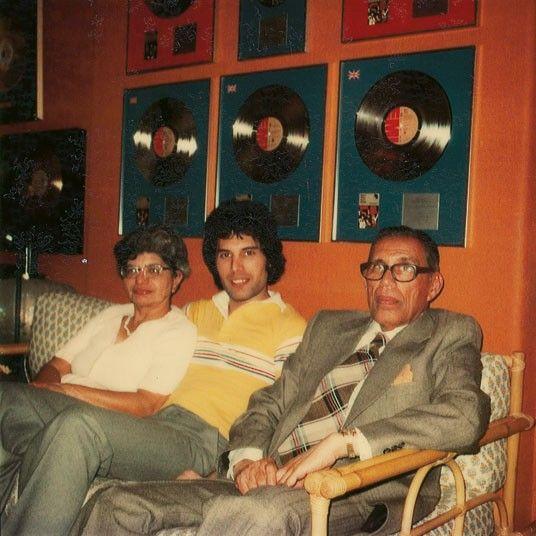 Freddie Mercury pasando un tiempo con sus padres en el estudio, mientras descansa de una tarde de grabación en 1977.
