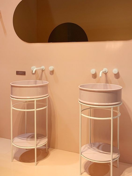 Rosa millennial nessas cubas e móveis da Art Ceram. (Foto: Mariana Conte)