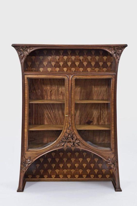 Und so sehen schöne Jugendstil-Möbel in Frankreich aus: Vitrinenschrank von Louis Majorelle