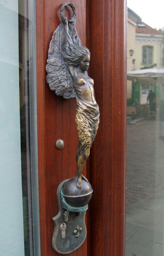 A georgious door handle in Vilnius, Lithuania Herrlicher Türgriff