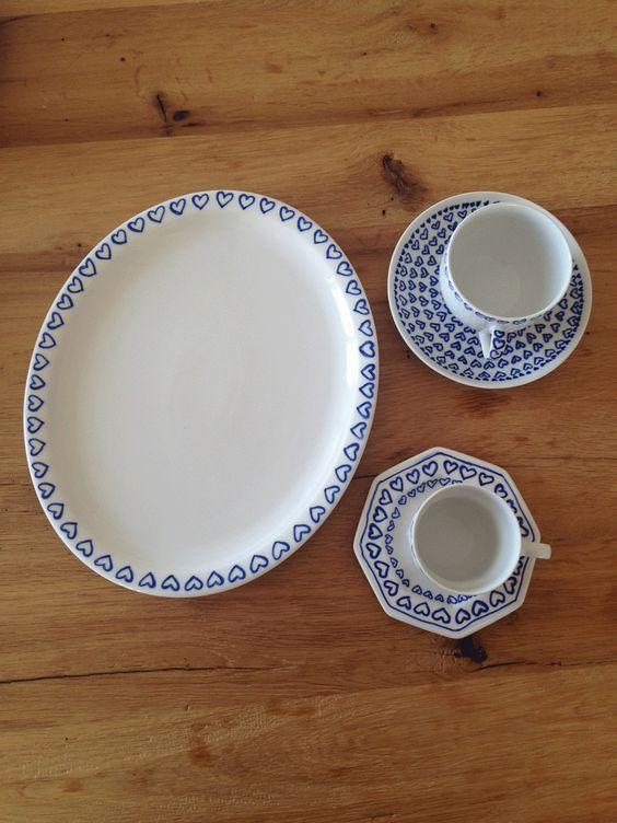 Ein selbst designtes Geschirr im Schrank macht Freude und kann auch gut verschenkt werden. Wir zeigen Ihnen, wie man alten Tellern und Tassen ein Make-over verpasst.