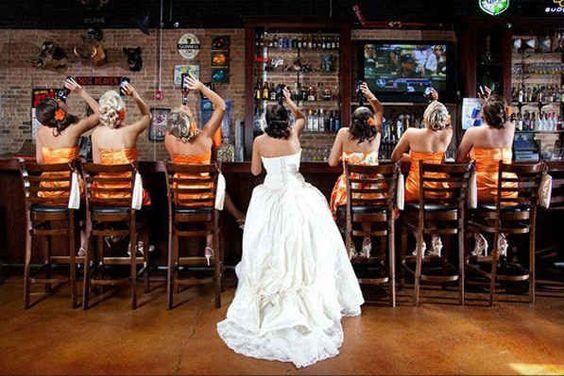 Una foto con ellas en el bar... literalmente. | 42 ideas para fotos de boda increíblemente divertidas que vas a querer copiar