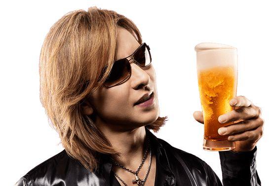 サングラスをかけたビールグラスを持っているXJAPAN・YOSHIKIの画像