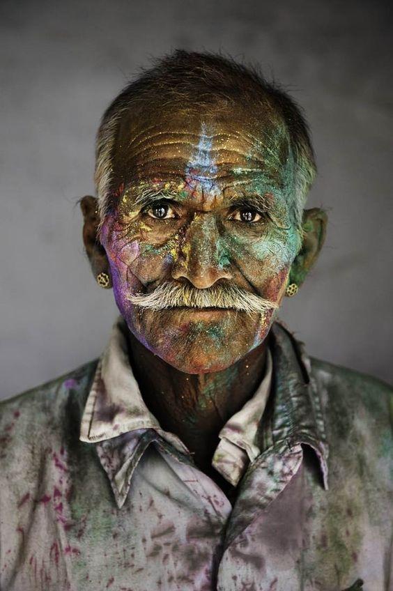 Um homem indiano no festival de Holi (festival das cores).