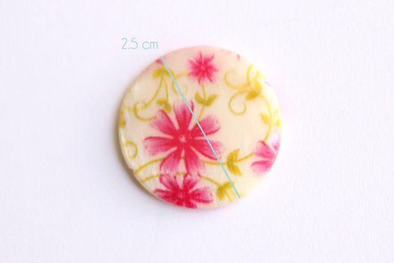 Perle plate nacrée  motif fleur et branche avec feuilles • Joli Mercredi • Accessoires pour bijoux DIY • http://www.alittlemercerie.com/boutique/joli_mercredi-45509.html