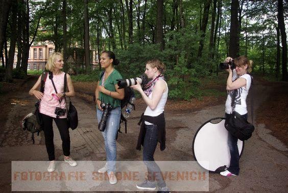 Teilnehmer im Gespräch mit Kathrin Stahl ( links ) Workshop Hochzeitsfotografie.