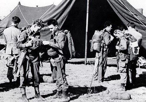 tôt le matin du 24 mars 1945 troopers de la 466e Parachute Field Artillery Battalion préparent leur équipement pour le premier saut de combat de l'unité