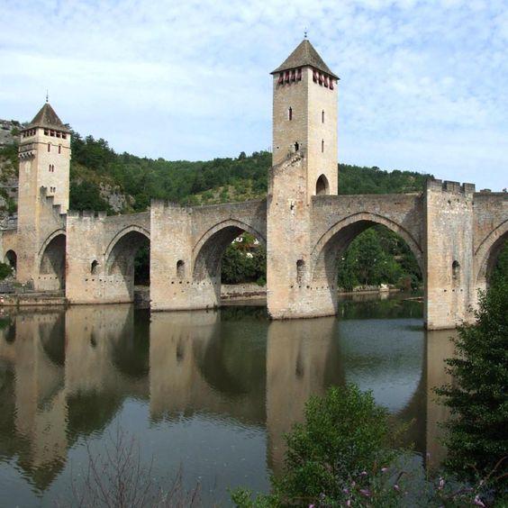 Le pont Valentré, ou pont du Diable, enjambe le Lot à l'Ouest de Cahors. Véritable chateau bâti sur les eaux, il est l'un des rares ponts médiévaux foretifiés à conserver aussi fière allure. Un tel ouvrage, particulièrement coûteux, revêtait une importance stratégique, commerciale et symbolique.