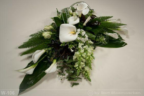 Witte calla's op groep met diverse andere bloemen