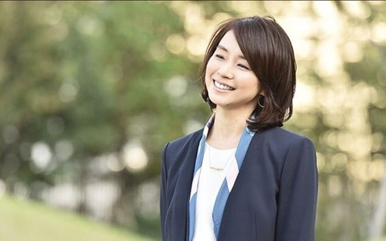 紺のジャケットを着た石田ゆり子