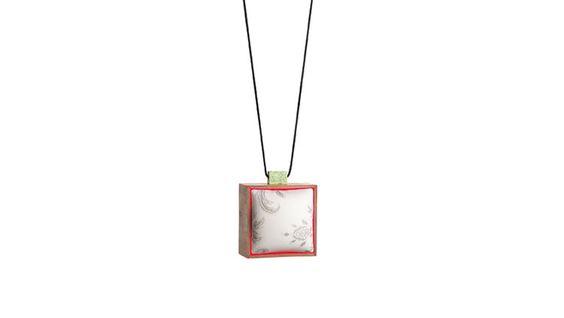 NSAIO 6 - Ignasi Cavaller Pendant: Meminisse, 2015 Lemon chrysoprase, kevlar thread, 60´s wall plastic, wild olive tree wood, laquer 12 x 12 x 9 cm: