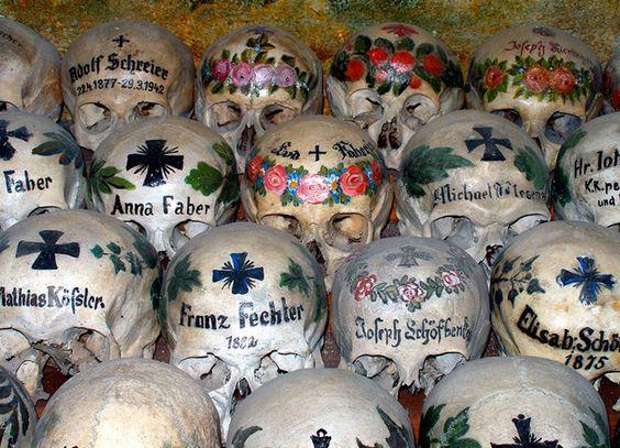 Pénétrez à l'intérieur d'incroyables monuments funèbres érigés avec des ossements humains
