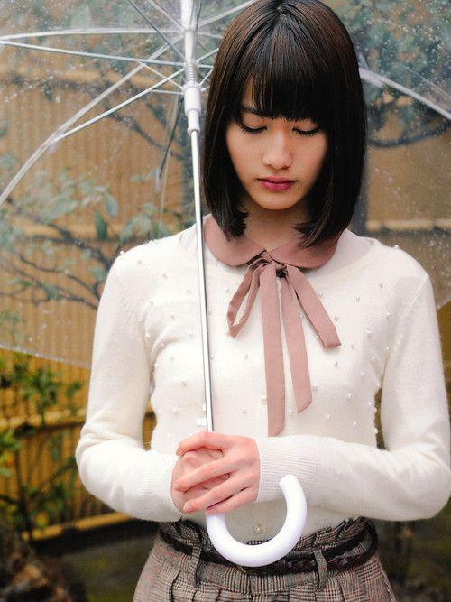 傘を持っている橋本愛