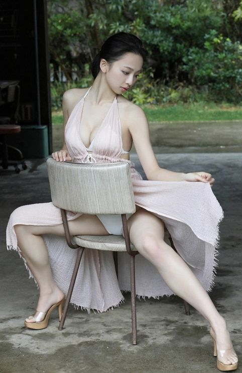 セクシーなビキニ姿の華村あすかです。