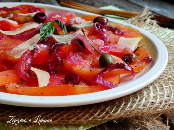 I pomodori marinati sono un contorno leggero, ma molto appetitoso che si gusta molto volentieri nelle calde giornate estive