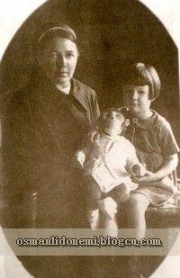 Osmanlı Hanedan Fotoğrafları Halife Abdulmecid - Neslişah ve Mürebbiyesi