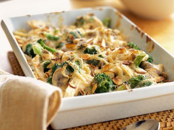 Puten-Brokkoli-Gratin mit Mandeln | http://eatsmarter.de/rezepte/puten-brokkoli-gratin-mit-mandeln