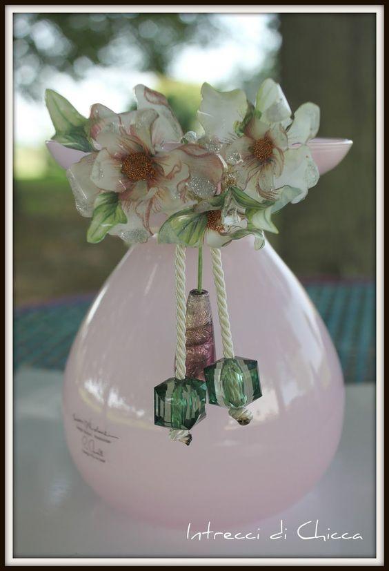 I fiori sono in Sospeso Trasparente, una pellicola termoformabile modellabile a caldo e fanno parte di una collana, che ho pensato di presentare all'interno di un vaso in tono.