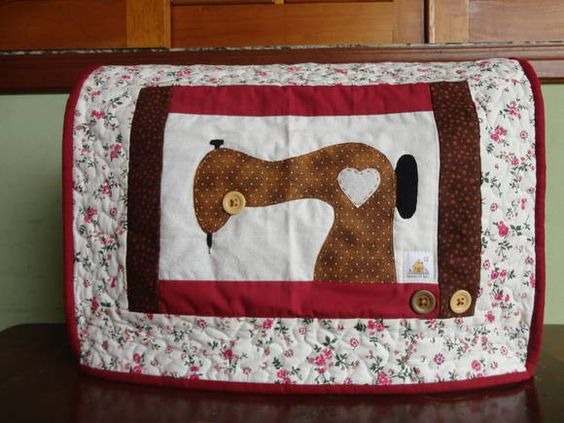 Capa p/ máquina de costura em tecido 100% algodão com aplicação em patchwork, botões decorativos, forrada e revestida com manta estruturada, quiltada. As cores podem variar conforme a disponibilidade dos tecidos.