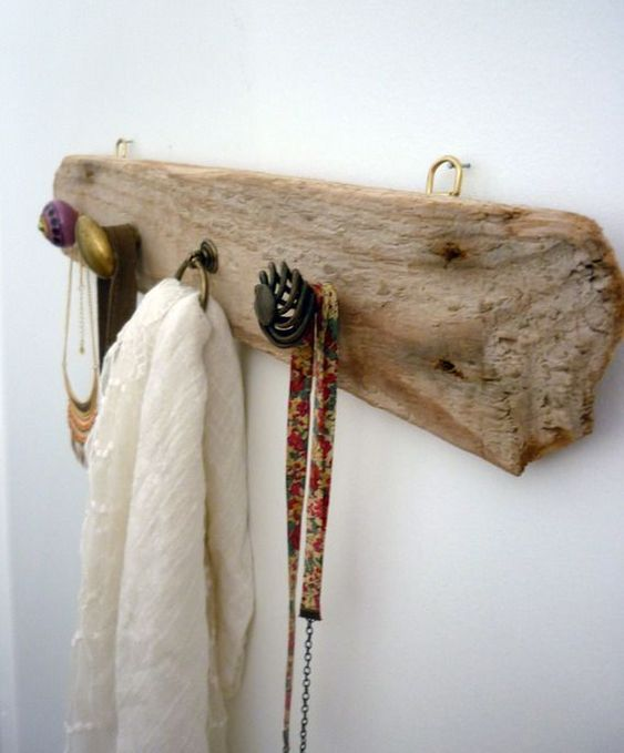 The finest branches and tree trunks can be used as clothes racks or even accessories such as bags or hats.