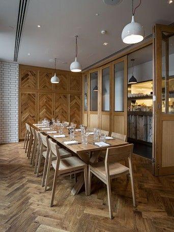 revestimento e mobiliário de madeira em restaurante