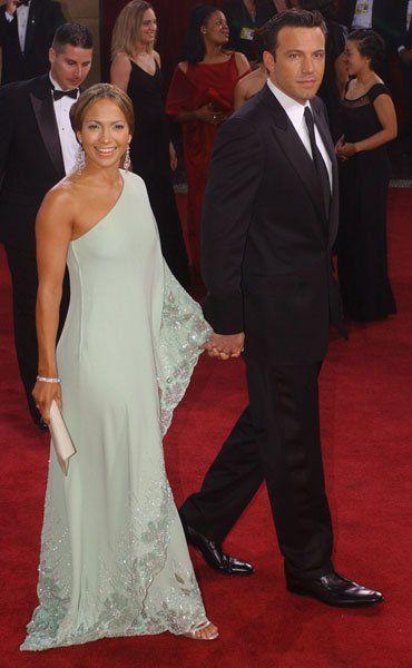 Pin for Later: Die 85 unvergesslichsten Kleider der Oscars – von 1939 bis 2015 Jennifer Lopez bei den Oscars 2003 in Marchesa