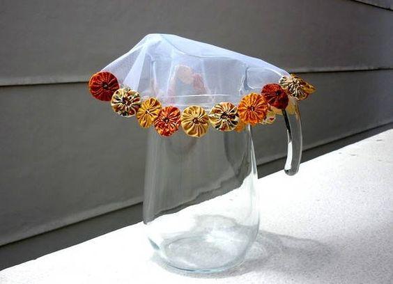Protetor de jarra de suco ou água FUXICO.  Designer Sayuri Murakami. momoartesanatos@gmail.com loja.momoartesanatos.com.br momoartesanatosbrasil.blogspot.commomoartesanatos.elo7.com.br   Rio de Janeiro - RJ - Brasil.: