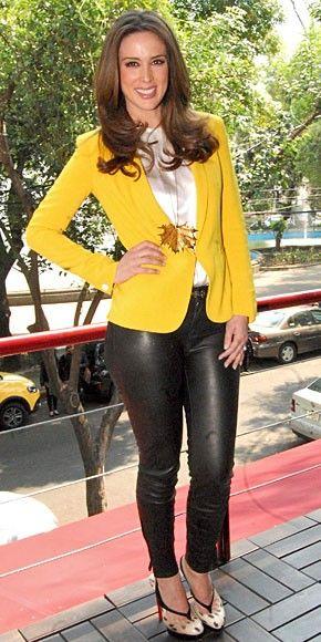 JACKIE BRACAMONTES En esta temporada, en tu armario no puede faltar un blazer ligero en un tono amarillo vivo o mostaza. Nos encanta el look de la actriz mexicana, quien complementó una chaqueta color mostaza con una blusa satinada color crema y pantalones entubados en cuero sintético.