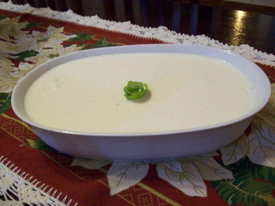 1 lata de leite condensado (395g)  - 2 potes de iogurte natural (ou 340g)  - Caldo de 2 limões (ou 100ml)  - 1 colher (sobremesa) de emulsificante para sorvete  -
