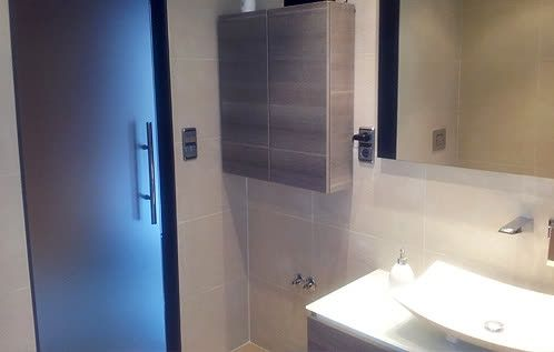Hoy os queremos enseñar el baño que les hicimos a Eva y John    Nos pidieron que fuera amplio y comodo. Nosotors le sumamos una buena dosis de estilo y éste es el resultado de un baño de lo más practico y chic.    Si tu también quieres reformar tu baño, no dudes en contactar con Amida.  + info: http://www.amidacocinas.com/atencionalcliente.php // Tel. 93 799 99 95