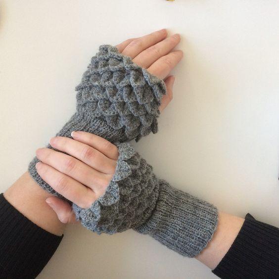Armstulpen - Armstulpen mit Drachenschuppen - ein Designerstück von markat_handmade bei DaWanda