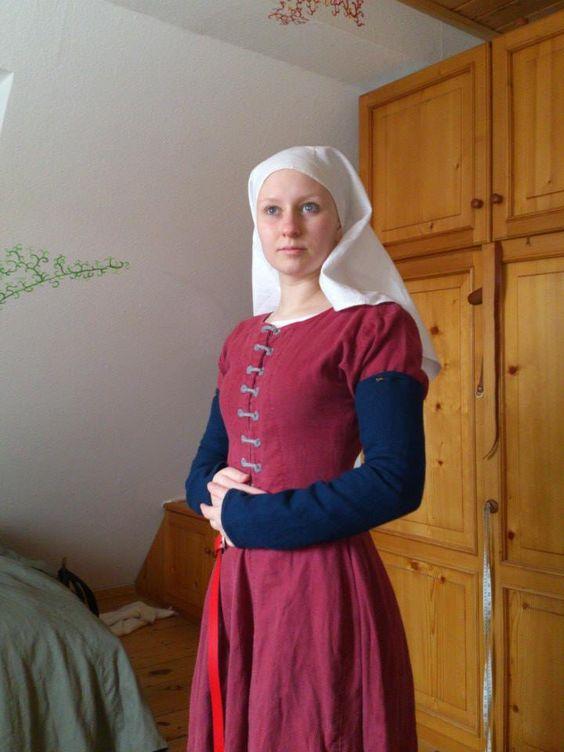 15. Jahrhundert - Rotes Leinenkleid mit Frontschnürung und angesteckten Sonntagsärmeln