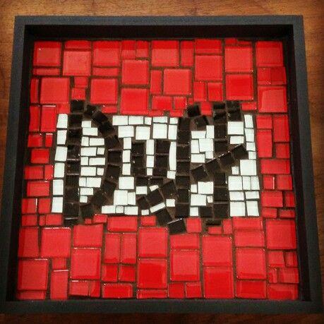 Peça em madeira com aplicação de mosaico. Bandeja Duff.